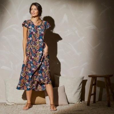 Dlouhé šaty se žabičkováním a exotickým potiskem