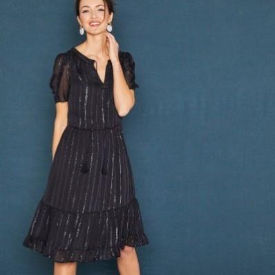 Krátké černé šaty s krátkými rukávy