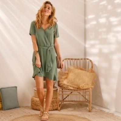 Volánové jednobarevné šaty s efektem překřížení