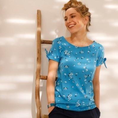 Tričko s potiskem a průstřihy na rukávech