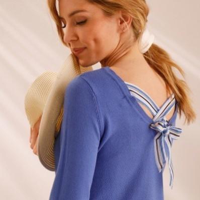Jednobarevný pulovr se šněrováním vzadu