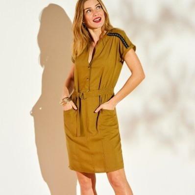 Jednobarevné šaty se žabičkovaným pasem