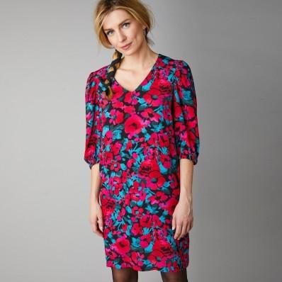 Krátké šaty s potiskem květin a zdůrazněním ramen