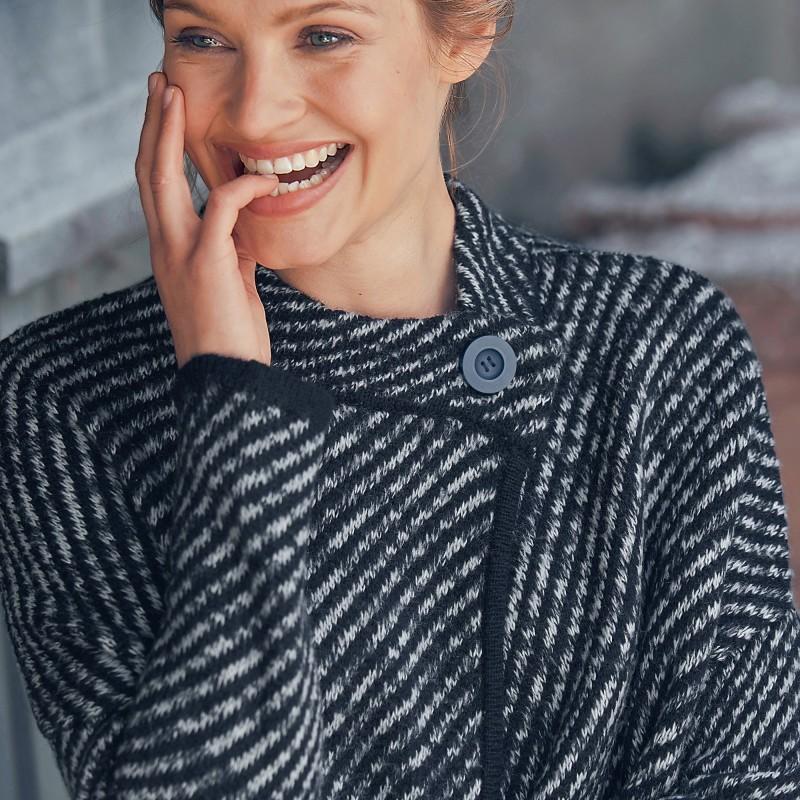 Pruhovaný sveter s plášťovým strihom