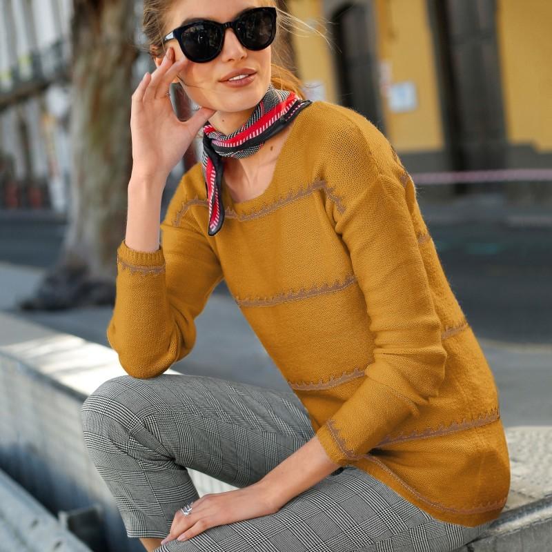 Pruhovaný pulovr se ženským výstřihem