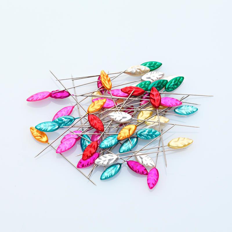 50 dekorativních špendlíků