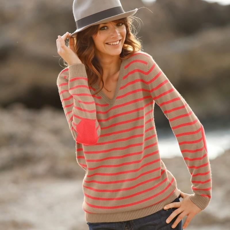 Pruhovaný pulovr s výstřihem do