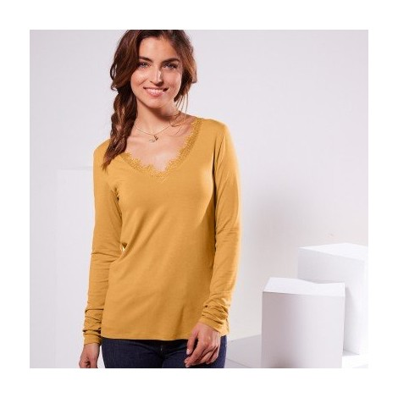 Jednobarevné tričko s výstřihem do