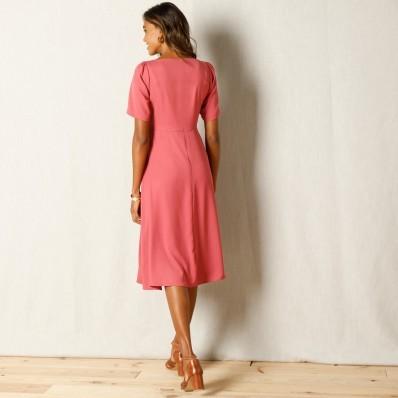 Jednobarevné šaty s páskem