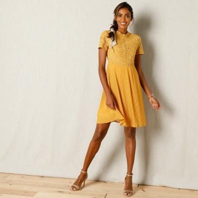 Plisované šaty s krajkou