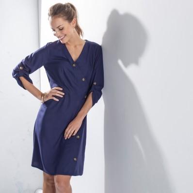 Jednobarevné šaty s asymetrickou légou