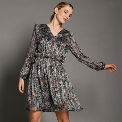 Šaty s překřížením a volány