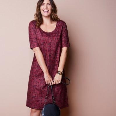 Šaty s minimalistickým vzorem a rukávy k loktům