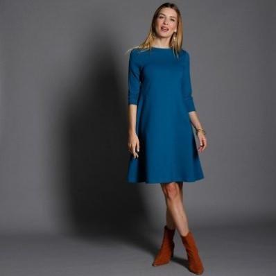 Jednobarevné šaty v rozšířeném střihu