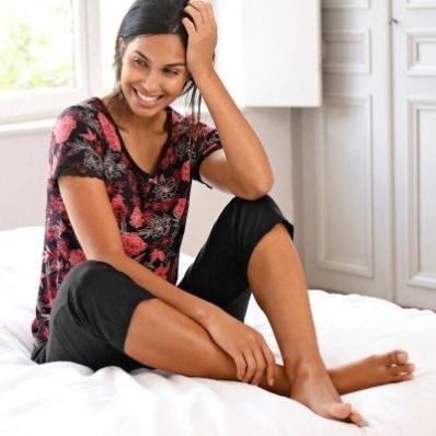 Pyžamo se 3/4 kalhotami a květinovým potiskem