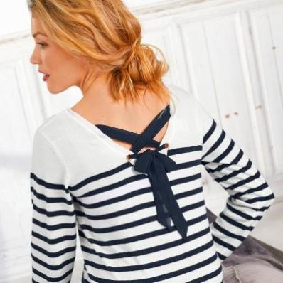 Pruhovaný pulóver, jednofarebné šnurovanie na chrbte