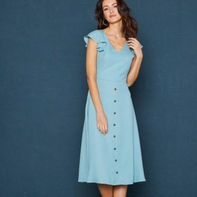 Dlhé jednofarebné šaty s volánovými rukávmi