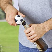 Otvírák na lahve s fotbalovou atmosférou