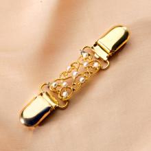 Ozdobná spona zlatistá s bielymi perličkami