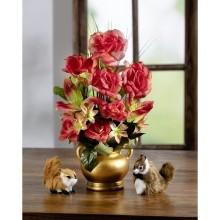 Kvetinový aranžmán v zlatistej nádobe