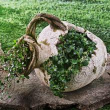 Květináč ve tvaru ležícího džbánu