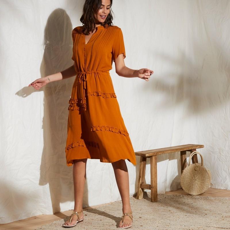 Šaty s asymetrickými volány