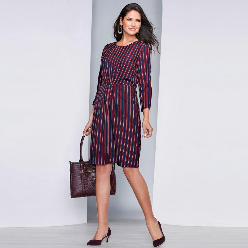 Šaty s vertikálními proužky