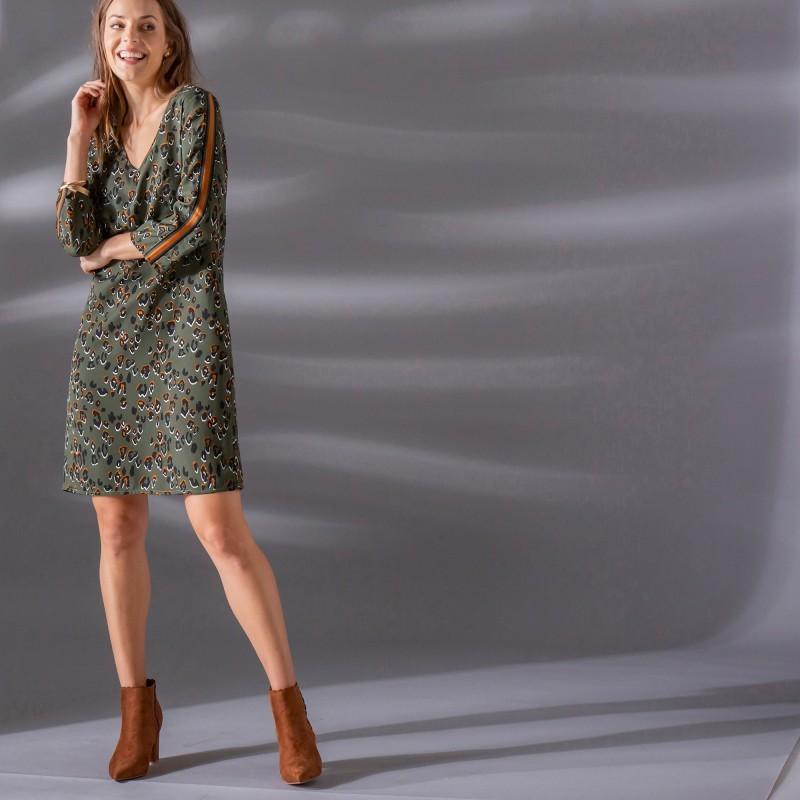 Šaty se zvířecím vzorem a pruhy