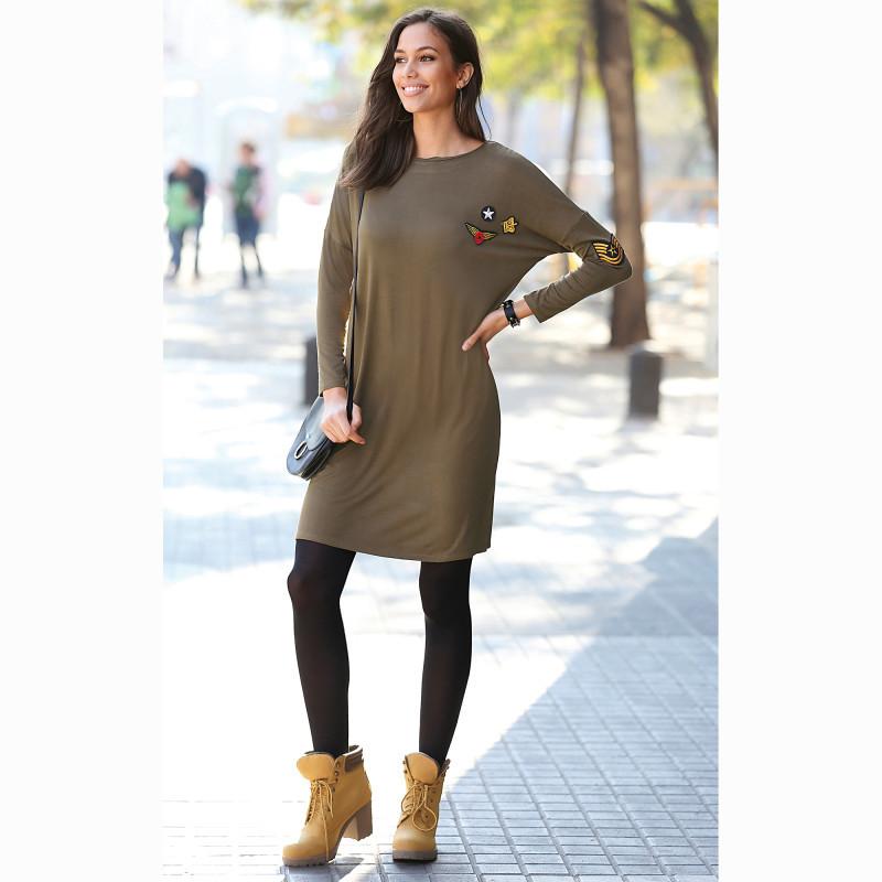 Krátké šaty s dlouhými rukávy a nášivkam