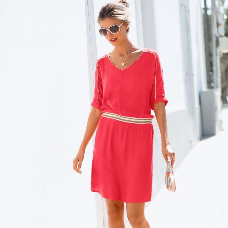 Jednofarebné šaty so zlatistou lemovkou